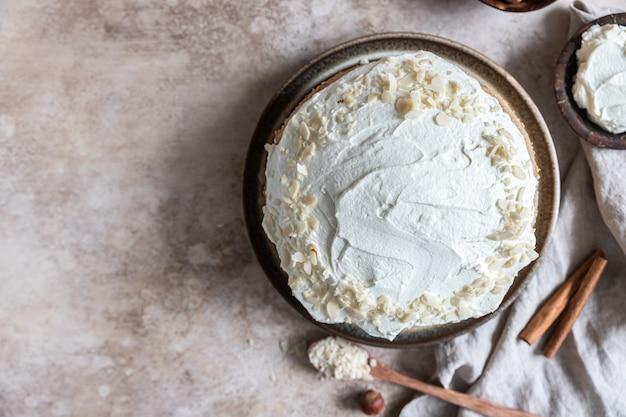 Domowy biszkopt udekorowany kremem maślanym lub polewą serowąwybiórcze skupienie