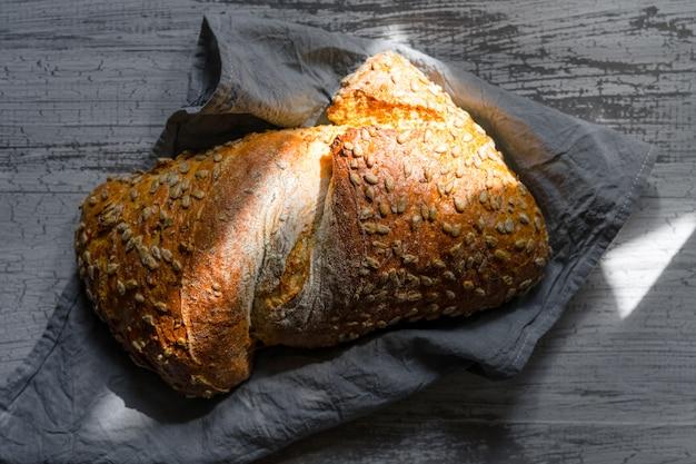 Domowy bochenek chleba upieczony.