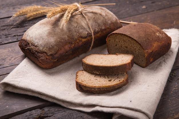 Domowy bochenek ekologicznego sfermentowanego chleba słodowego gotowany w domu