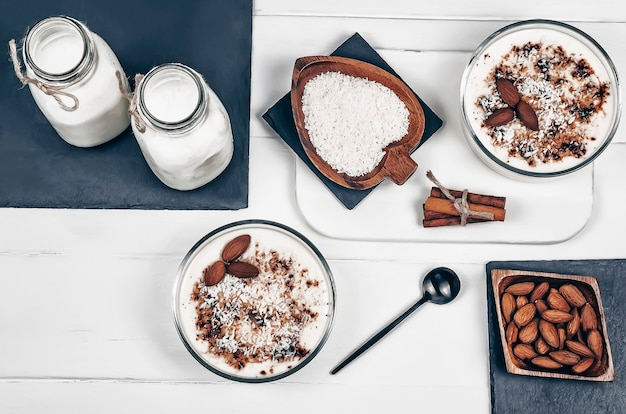 Domowy budyń waniliowy z migdałami, mlekiem migdałowym, płatkami kokosowymi i cynamonem