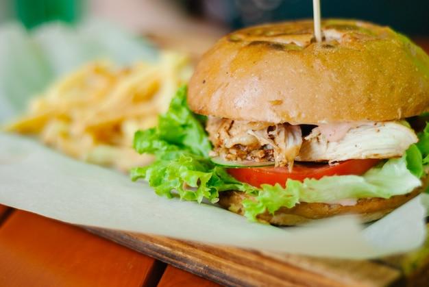 Domowy burger z kurczaka z frytkami