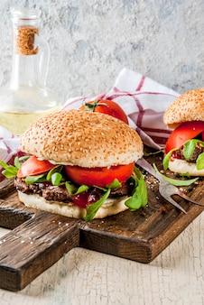 Domowy burger z mięsem wołowym z grilla
