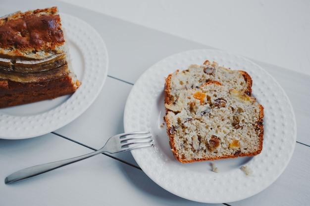 Domowy chleb bananowy z suszonymi owocami i orzechami włoskimi.
