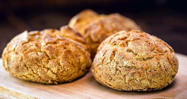 Domowy chleb kukurydziany według własnego przepisu. mąka jest zrobiona z kukurydzy i pszenicy lub żyta i drożdży.