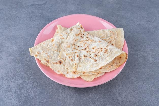 Domowy chleb lawaszowy na talerzu