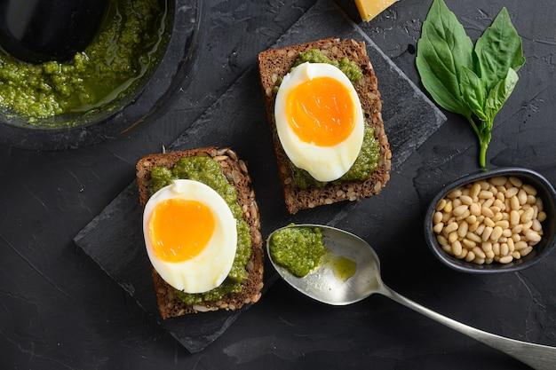 Domowy chleb panini z zieloną bazylią i srebrnym pesto na włoskim śniadaniu