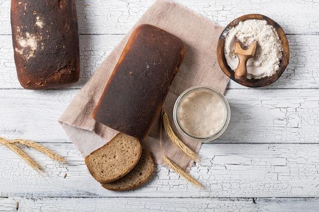 Domowy chleb pszenny na zakwasie. koncepcja zdrowej diety