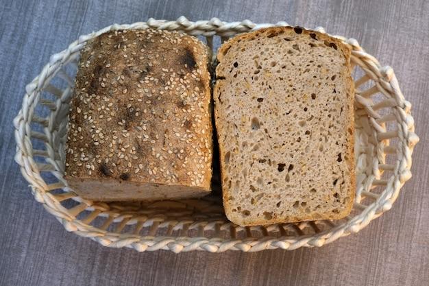 Domowy chleb pszenny żytni pieczony