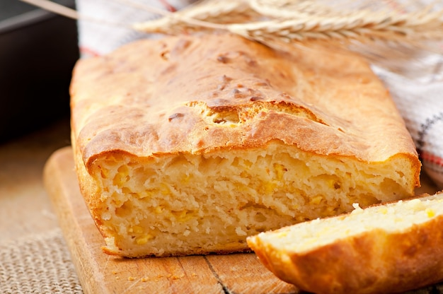 Domowy chleb serowy