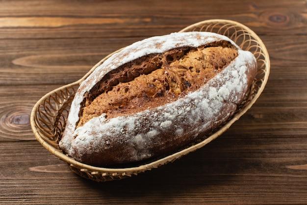 Domowy chleb w drewnianym koszu. gryczany chleb na brown drewnianym stole