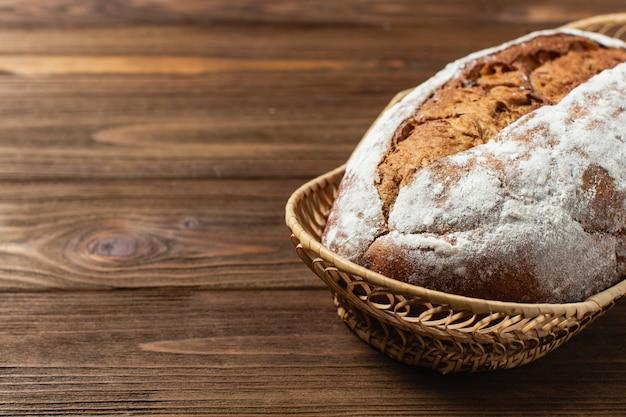Domowy chleb w drewnianym koszu. gryczany chleb na drewnianej powierzchni. skopiuj miejsce na tekst