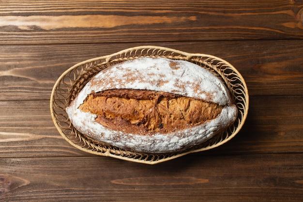 Domowy chleb w drewnianym koszu. gryczany chleb na drewnianym stole