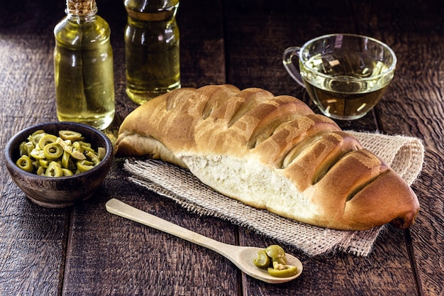 Domowy chleb z oliwy z oliwek na rustykalnym drewnianym stole