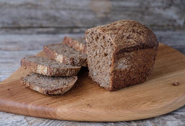 Domowy chleb żytni i pszenny z pestkami słonecznika na dębowej desce
