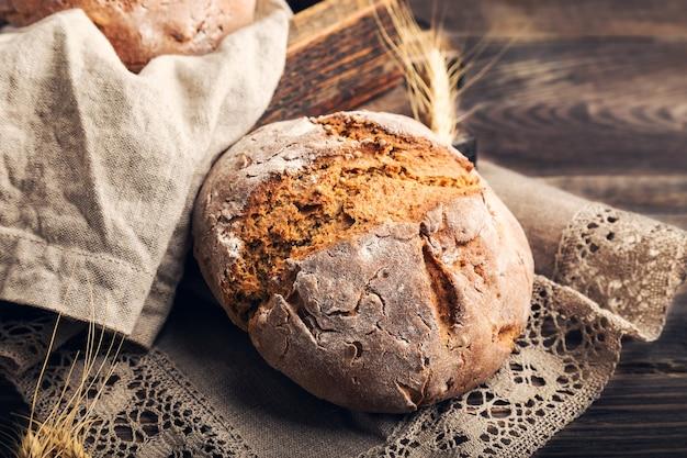 Domowy chleb żytni z ziarnami kolendry na rustykalnym drewnianym.