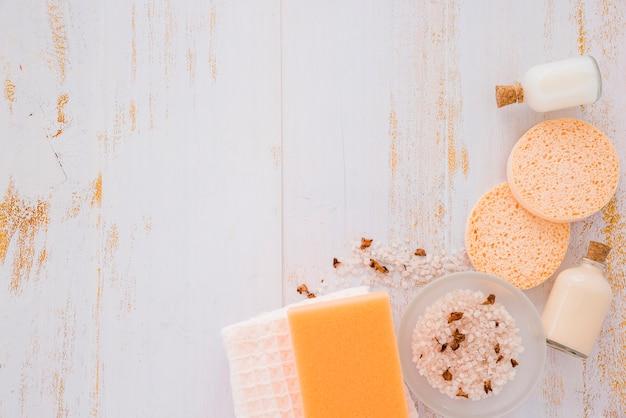 Domowy cleaning wytłacza wzory blisko menchii soli na drewnianym stole
