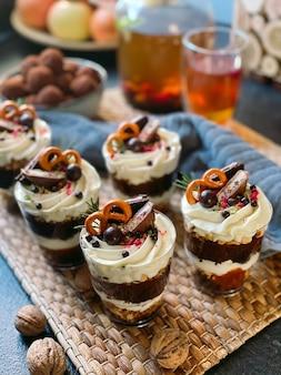 Domowy drobiazg z twarogiem, czekoladą, galaretką i jagodami.