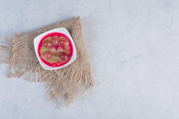 Domowy dżem jabłkowy lub sos na białym talerzu.