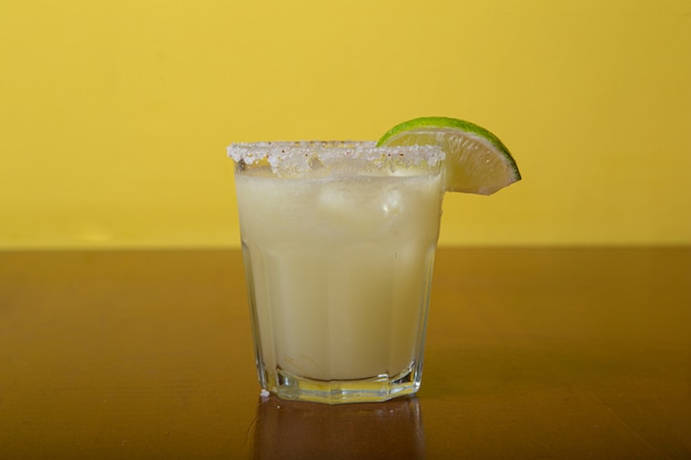 Domowy egzotyczny koktajl alkoholowy, margarita