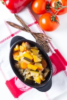 Domowy francuski organiczny ratatouille w białej ceramicznej misce