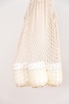 Domowy garnek jogurtu greckiego w szklanych słoikach w woreczku sznurkowym