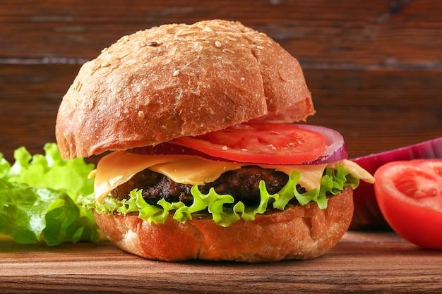 Domowy hamburger z kotletem sałatkowym, cebulą, pomidorem i serem burger cheeseburger