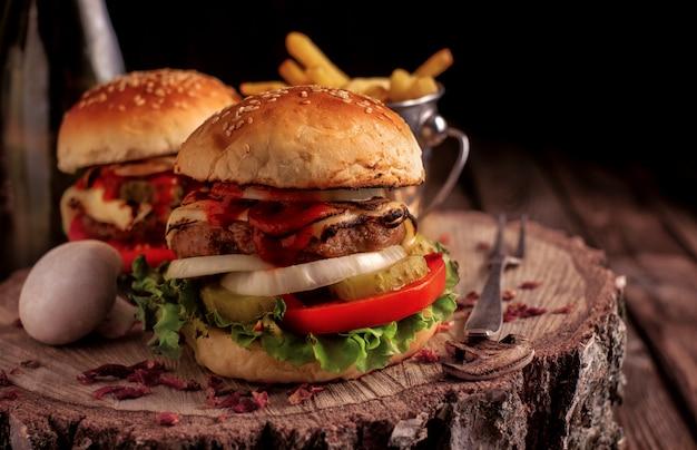 Domowy hamburger z sałatą i serem.