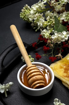 Domowy i tradycyjny arabski rghaif lub msemen z miodem i serem śmietankowym