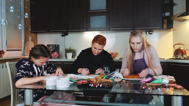 Domowy interes matki. robienie piernikowych ciasteczek dla klienta