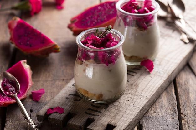 Domowy jogurt z owocami dojrzałego smoka
