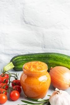 Domowy kawior z pomidorów z cukinii i cebuli w szklanym słoiku