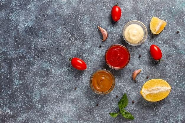 Domowy ketchup, musztarda i sos majonezowy.
