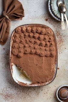 Domowy klasyczny deser tiramisu z mascarpone i kawą