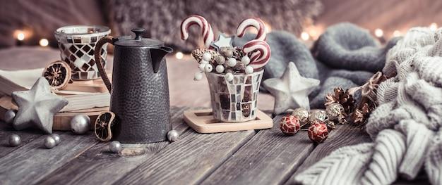 Domowy komfort, detale świątecznego wnętrza na drewnianym stole