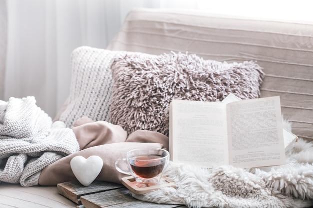 Domowy komfort, salon z sofą i detalami wnętrza, domowa atmosfera i koncepcja komfortu