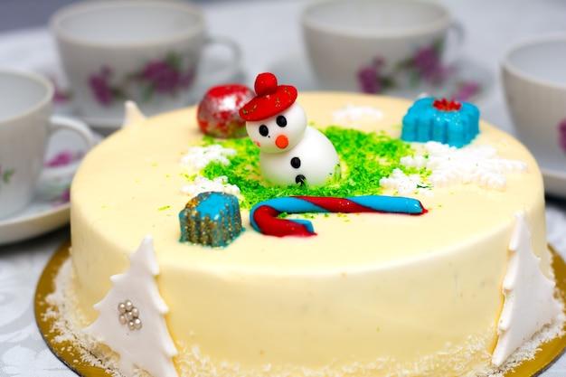 Domowy kremowy tort świąteczny, ozdobiony świątecznymi postaciami