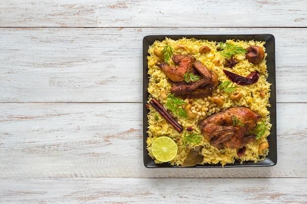 Domowy kurczak biryani. arabskie tradycyjne miski na żywność kabsa z mięsem. widok z góry