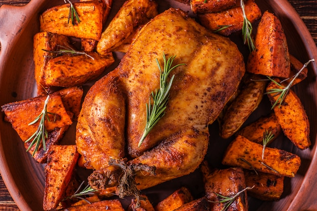 Domowy kurczak papryka i zioła cały kurczak z przyprawami słodki ziemniak.