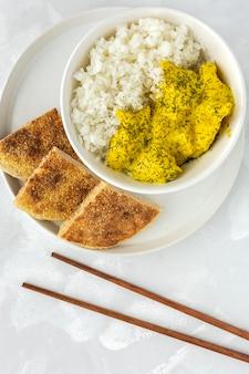 Domowy kurczak z curry i ryżem basmati