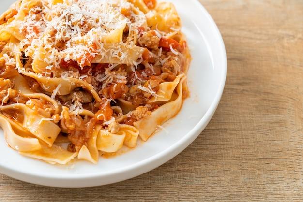 Domowy makaron fettuccine bolognese z serem - włoskie jedzenie