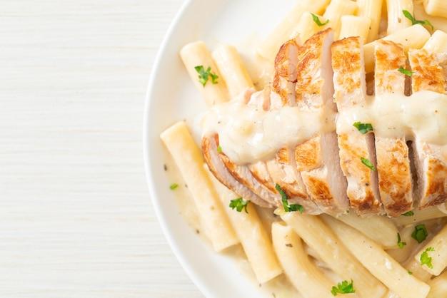 Domowy makaron quadrotto penne biały kremowy sos z grillowanym kurczakiem
