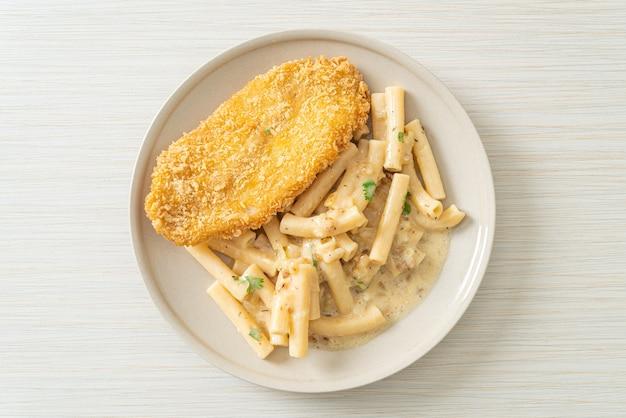 Domowy makaron quadrotto penne sos z białej śmietany ze smażoną rybą