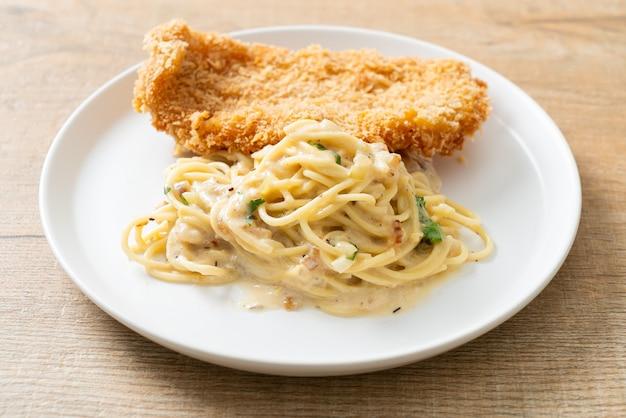 Domowy makaron spaghetti z białym sosem śmietanowym ze smażoną rybą