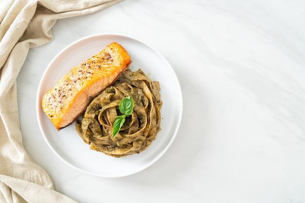 Domowy makaron spaghetti z pesto fettuccine z grillowanym filetem z łososia