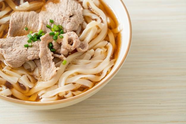 Domowy makaron udon ramen z wieprzowiną w soi lub zupa shoyu