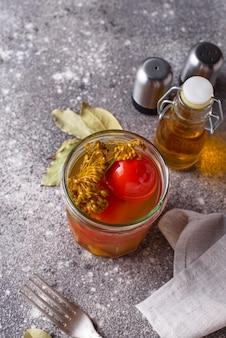 Domowy marynowany pomidor z przyprawami