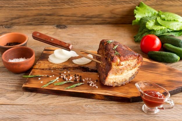 Domowy mostek wołowiny wędzony grill na drewnianą deską do krojenia przed cięciem.