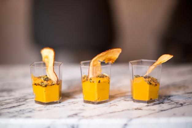 Domowy mus z dyni lub krem w szklankach posypanych cynamonem