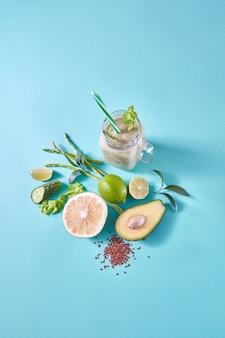 Domowy naturalny organiczny koktajl z zielonych owoców, warzyw i nasion lnu
