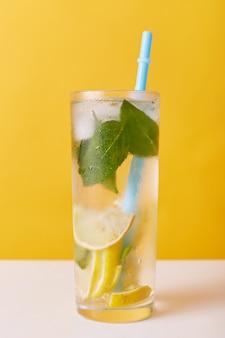 Domowy orzeźwiający zimny letni napój lemoniadowy z plasterkami cytryny, miętą i lodem